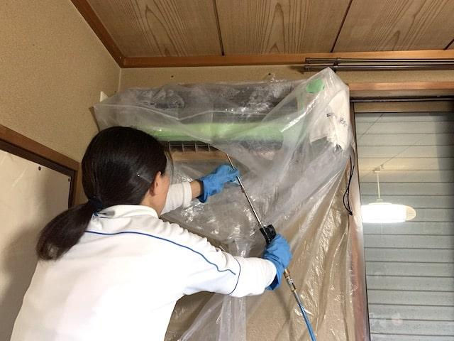 エアコンの高圧洗浄作業